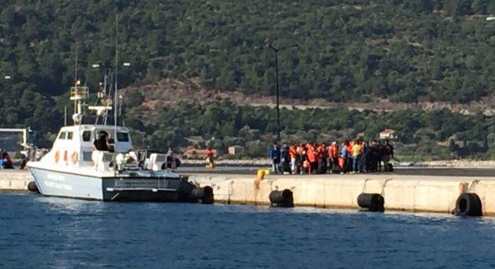 Les réfugiés sont dirigés vers le centre de police pour y recevoir des soins et être enregistrés.